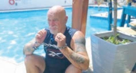 Αλυσοδέθηκε για να διαμαρτυρηθεί για τις κακοποιήσεις ζώων στην Κρήτη!!He chained himself  to complain about the animal abuse in Crete!!